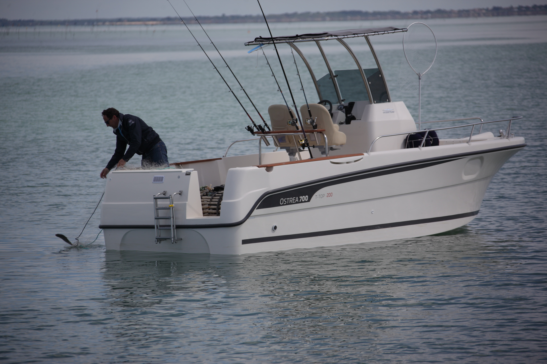 MoteurBoat and Hors-Bord magazine frances han testado el nuevo OSTREA 700 T-TOP